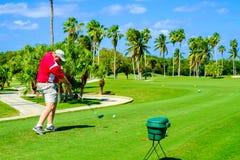golfare av teeing Royaltyfri Fotografi