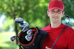 Golfare med klubban på skulder. Arkivbild