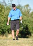 Golfare och lycka för pensionär manlig med Golf Club på golfbana arkivfoton