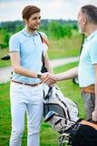 Golfare skakar händer med de Arkivbild