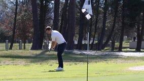 Golfare som slår en chip arkivfilmer