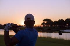 Golfare som slår det långa skottet Royaltyfri Bild