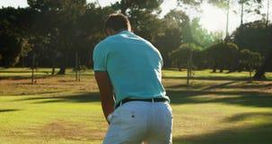 Golfare som spelar golf stock video