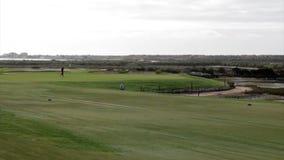 Golfare som spelar i den Algarve golfdestinationen, Portugal (TL3) arkivfilmer