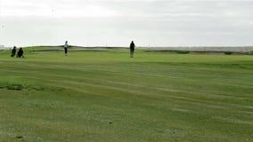 Golfare som spelar i den Algarve golfdestinationen, Portugal (TL4) lager videofilmer