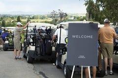 Golfare som väntar på golfturnering Royaltyfri Bild