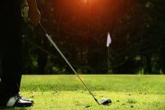 Golfare spelar golf i aftongolfbanan Fotografering för Bildbyråer