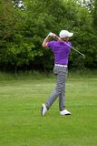 Golfaren följer igenom Arkivfoton