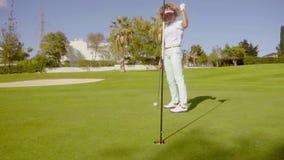 Golfaren för den unga kvinnan som förbereder sig att sjunka henne, satte stock video