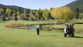 Golfaren som leker 9, spela golfboll i hål golfbanan Royaltyfria Bilder