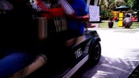 Golfauto die uit dragende gastenpassagiers bewegen stock video