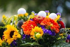 Golfbälle mit Blumen für Geburtstag, Karte, Beleg Lizenzfreies Stockfoto