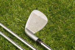 Golfbälle und Golfclubs Stockbild
