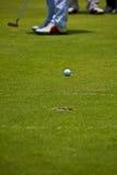 Golfbal aan gat stock foto's