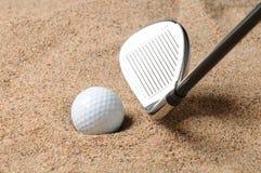 Golfbal in Bunker Stock Afbeelding