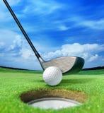 Golfbal dichtbij bunker royalty-vrije stock afbeeldingen