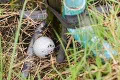 Golfbal dichtbij de lusjewaterpijp royalty-vrije stock afbeeldingen