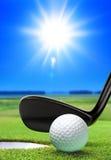 Golfbal en cursus Stock Afbeeldingen