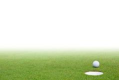 Golfbal en groen gras Royalty-vrije Stock Afbeelding