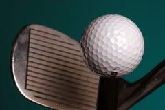 Golfbal en ijzer Royalty-vrije Stock Foto's