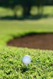 Golfbal en T-stuk Stock Foto's