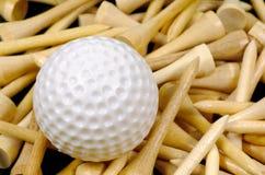 Golfbal en T-stukken royalty-vrije stock foto's