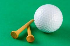 Golfbal en T-stukken Stock Afbeelding