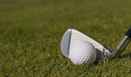 Golfbal klaar om worden geraakt royalty-vrije stock fotografie