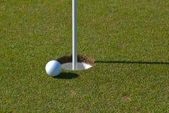 Golfbal naast kop royalty-vrije stock afbeelding