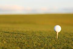 Golfbal och utslagsplats Arkivbilder