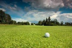 Golfbal op de cursus Stock Afbeelding