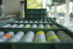Golfbal op de cursus, Drijfwaaier stock afbeeldingen