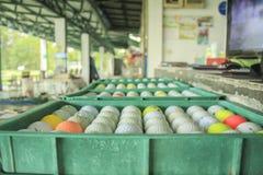 Golfbal op de cursus, Drijfwaaier stock foto