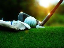 Golfbal op een wit T-stuk in een groen gazon in een golfgelijke royalty-vrije stock afbeeldingen