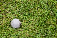 Golfbal op fairway Stock Afbeeldingen