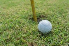 Golfbal op gat Royalty-vrije Stock Foto's
