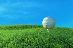 Golfbal op Green 3D Illustratie Royalty-vrije Stock Afbeeldingen