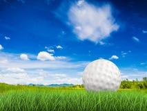 Golfbal op groen gras zijaanzicht stock foto's