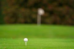 Golfbal op het T-stuk Royalty-vrije Stock Afbeeldingen