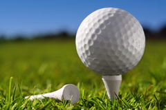 Golfbal op pin Stock Afbeeldingen
