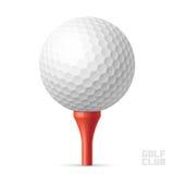 Golfbal op rood T-stuk Stock Fotografie