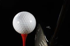 Golfbal op T-stuk met Bestuurder royalty-vrije stock foto