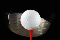 Golfbal op T-stuk met Bestuurder stock foto