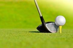 Golfbal op T-stuk met club royalty-vrije stock afbeelding