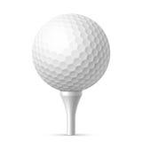 Golfbal op wit T-stuk Stock Foto