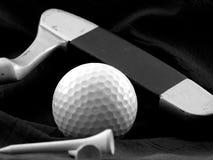 Golfbal, putter en T-stuk. royalty-vrije stock afbeeldingen
