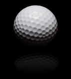 Golfbal in vlek op zwarte Stock Afbeelding