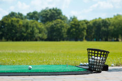 Golfball auf dem Grün Lizenzfreie Stockfotografie