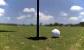 Golfball auf dem Grün Stockfoto