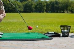 Golfball auf dem Grün und dem Putter Stockbilder